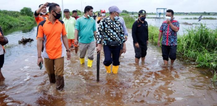 Pemkab Berikan 100 Paket Sembako Untuk Korban Banjir di Kampung Teluk Lanus