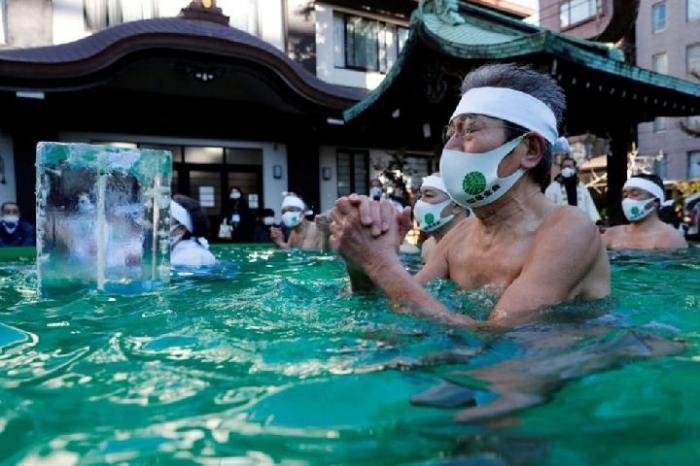 Penduduk Jepang Ritual Mandi Air Dingin untuk Doakan Virus Corona Cepat Berakhir