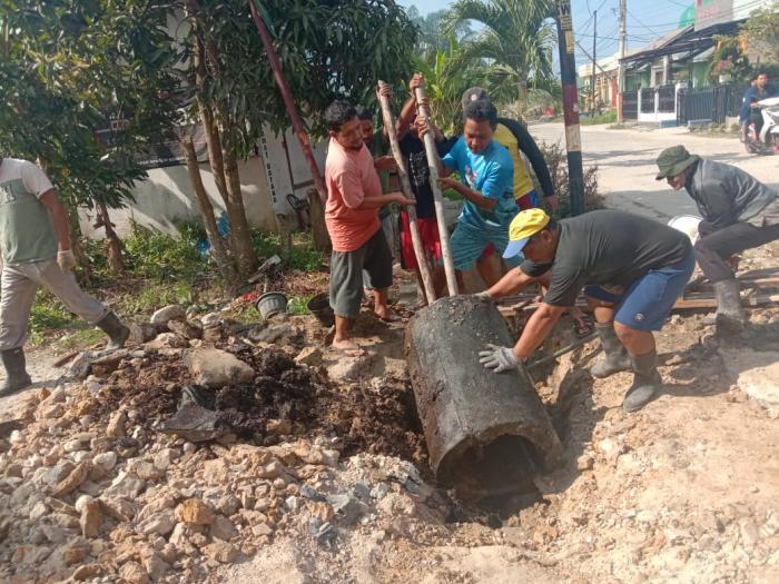 Tiga Hari Berturut-turut, Warga RT 06 Kelurahan Mundam Kompak Gotong Royong Cor Gorong-gorong