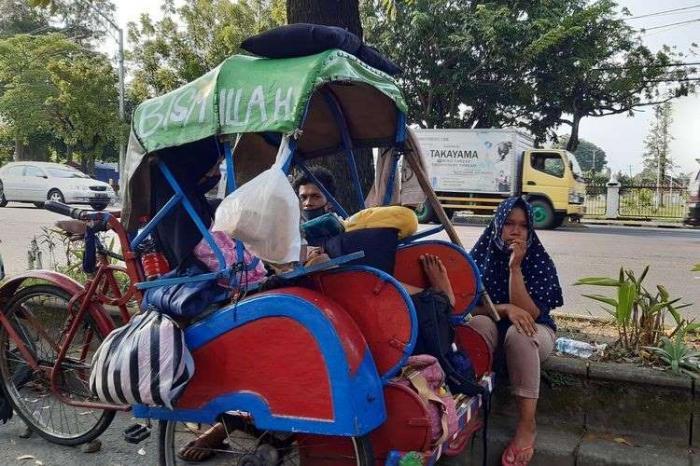 Kejam-nya Hidup, Sekeluarga Tidur di Becak karena PHK